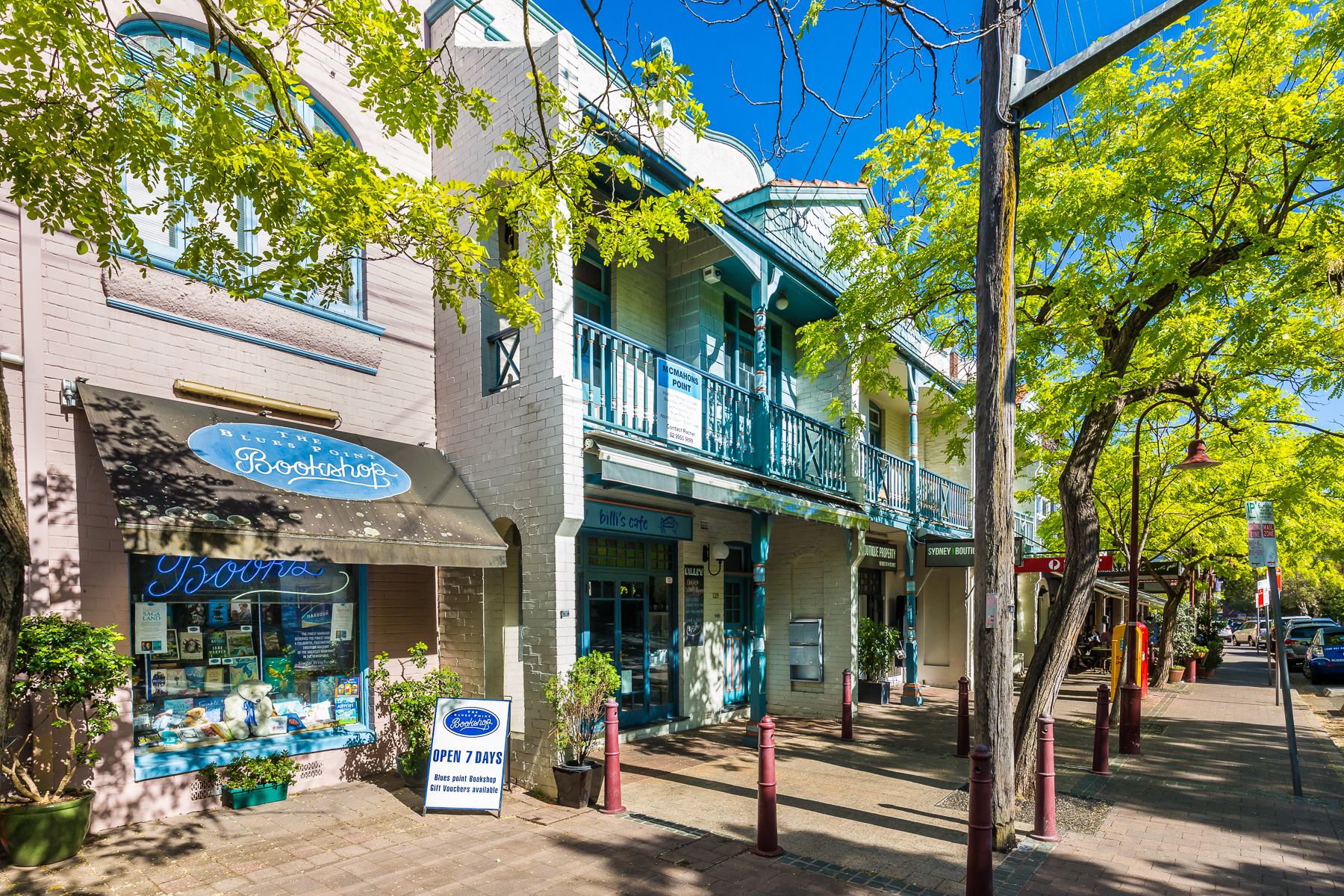 Book shop and cafes in McMahons Point Village - a 5 minute walk away.