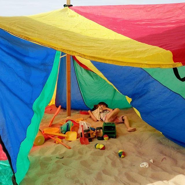 Quand le parachute se transforme en cabane, les Papaï Kids déménagent et s'installent confortablement pour écouter l'histoire de pirates du jour 😍🎪 📖 - - #papaïplage #parachute #games #Kids #clubdeplage #comfy #cabane #tente #cirque #chapiteau #colors #enfance #moving #camping #summer #été #plage #iledere #ilederé #charentemaritime