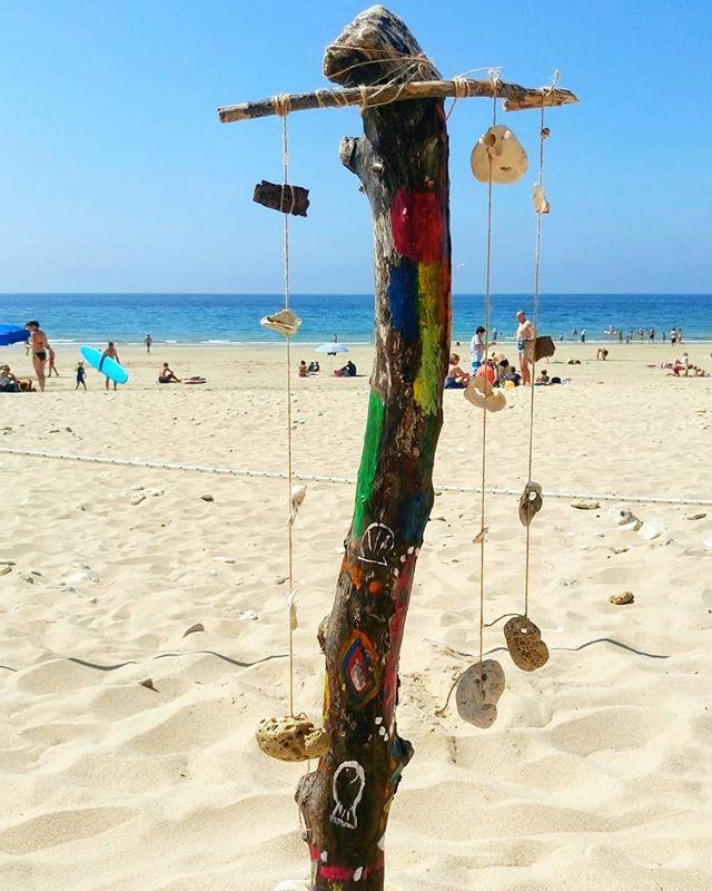 Juliette, Jordane et les Papaï Kids ne manquent pas de créativité, après la triste découverte des poteaux manquants partis en fumée juste devant la cabane, ils ont eu l'idée de créer un totem en leur hommage 🗿 On adore 💛