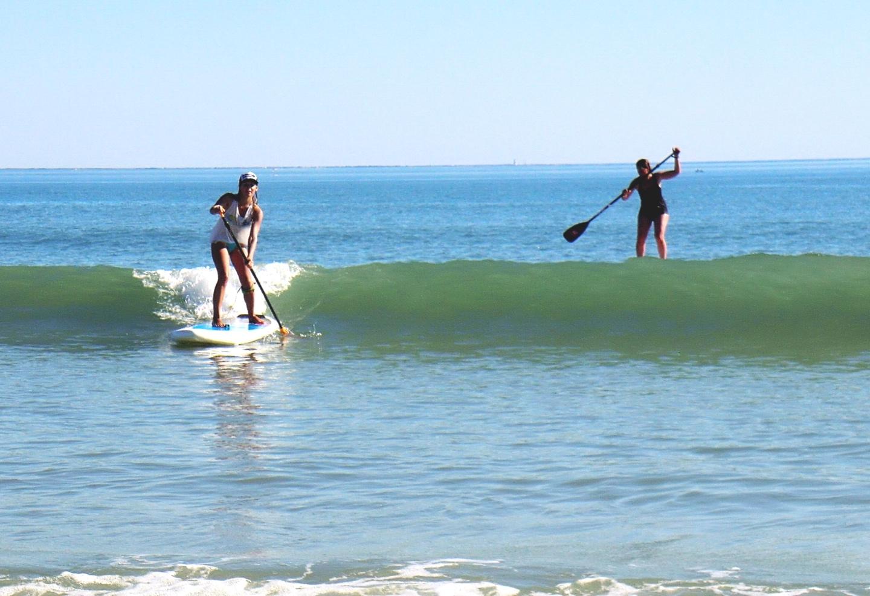 SUP surfing - Des cours d'initiation et de perfectionnement dans les vagues de la plage des Gollandières au Bois Plage en Ré. Un site idéal pour la pratique du SUP.