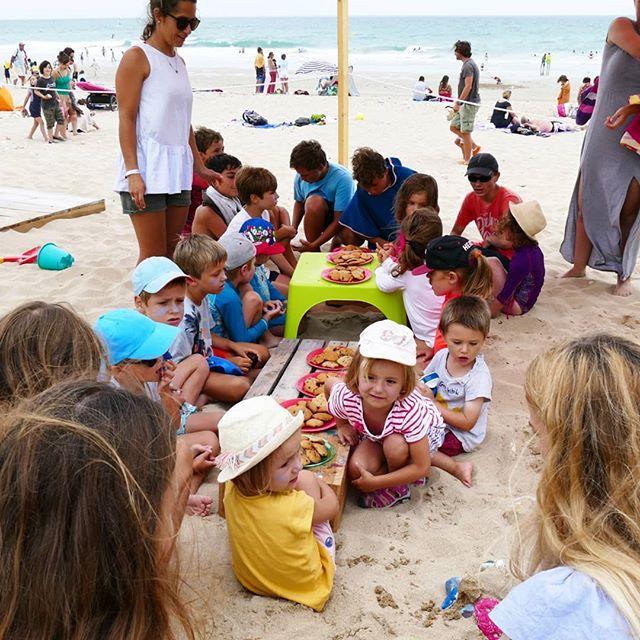 L'heure du goûter à @papaiiplage. Ici, les grands de Ré Espace Jeunes, l'association de quartier de La Flotte en Ré, avaient préparé jeux et surtout des dizaines et des dizaines de cookies pour nos petits Papaï Kids gourmands ! Un bon moment d'échanges qu'on a hâte de réitérer ! 😘🍪🏖️ - - #papaïplage #papaïkids #gouter #plage #vacances #famille #enfant #parents #iledere #ilederé #été #summertime #onthebeach #love #kids #break