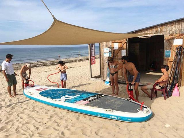 Travail d'équipe 🙌 Aussi bien sur l'eau que sur le sable avec la planche XL @redpaddleco - - #redpaddleco #paddle #standuppaddle #paddleboard #sup #supxl #paddleboarding #teambuilding #group #equipe #teamspirit #friends #plage #beach #beachlife