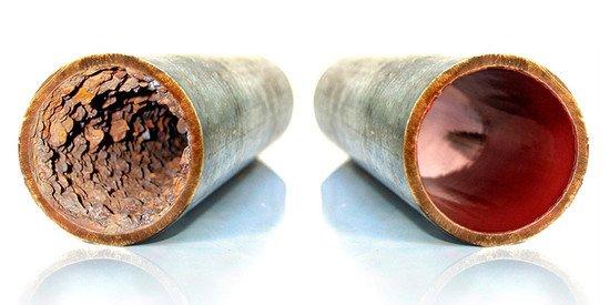 A sinistra un tubo incrostato di calcare, a destra un tubo pulito