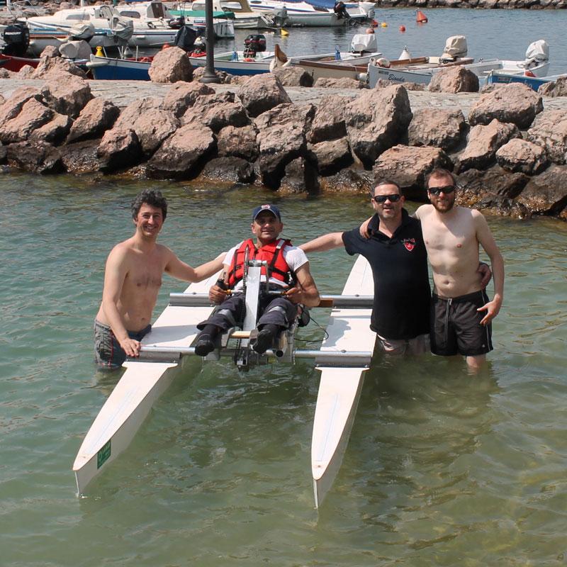 Haki Doku e parte del suo team in acqua per i test preliminari della nuova Hand Water Bike -Dasinistra a destra: Luca Ardigò (coordinatore), Haki Doku (atleta),Massimo Spoladore (progettista e costruttore) e Michele Dalla Piazza(specializzato in ciclistica e costruttore)