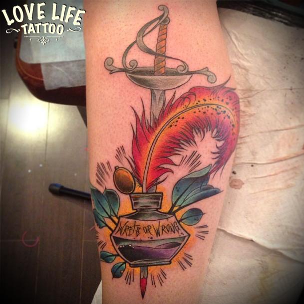 татуировка пера со шпагой