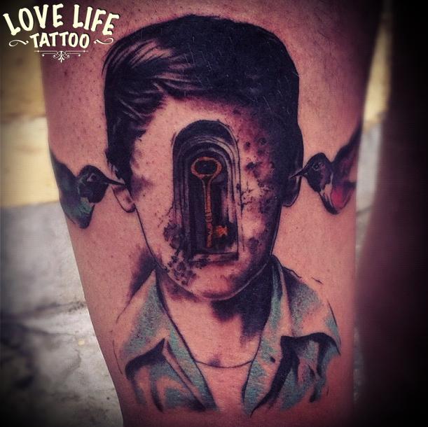 татуировка мальчика с ключем