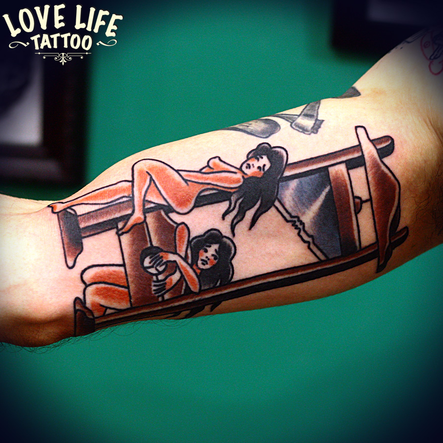 татуировка девушек с гильотиной