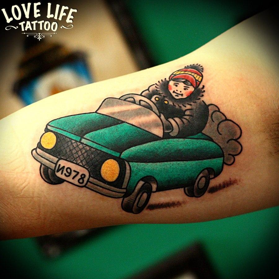 татуировка ребенка в машине