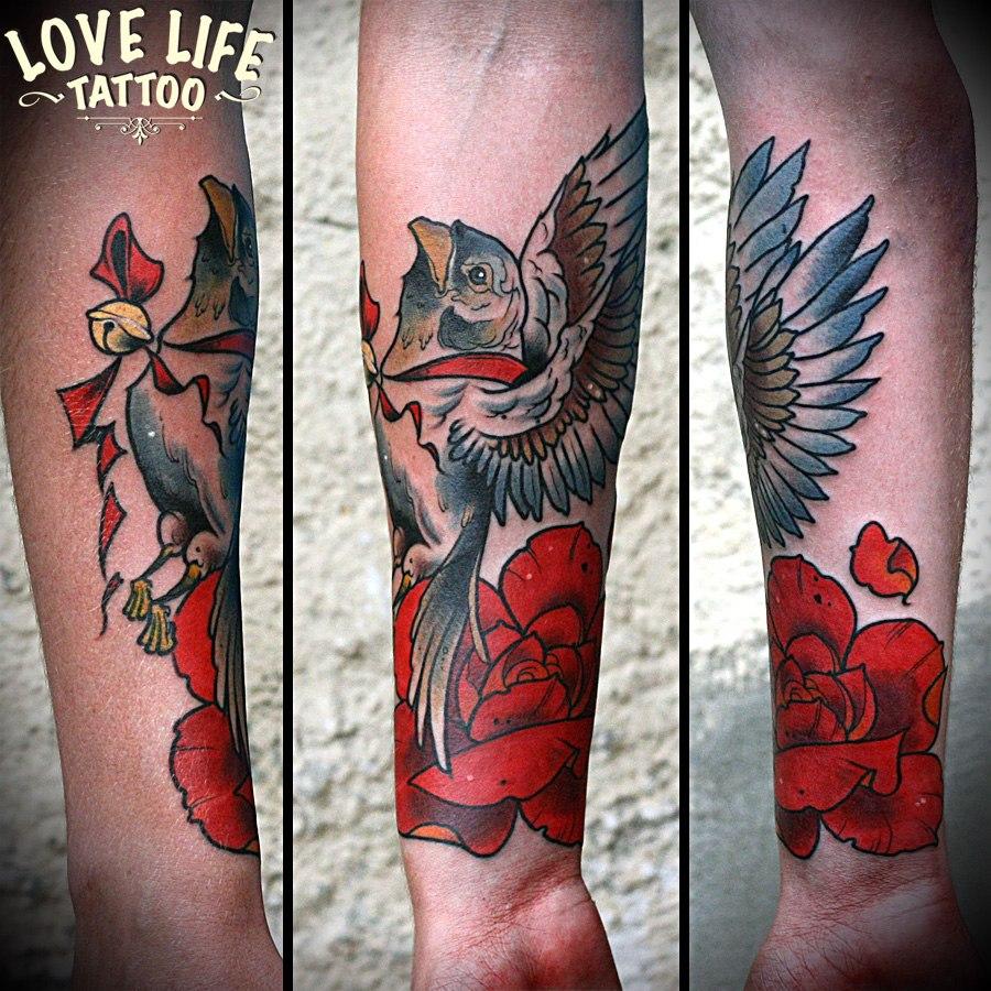 татуировка птицы и розы
