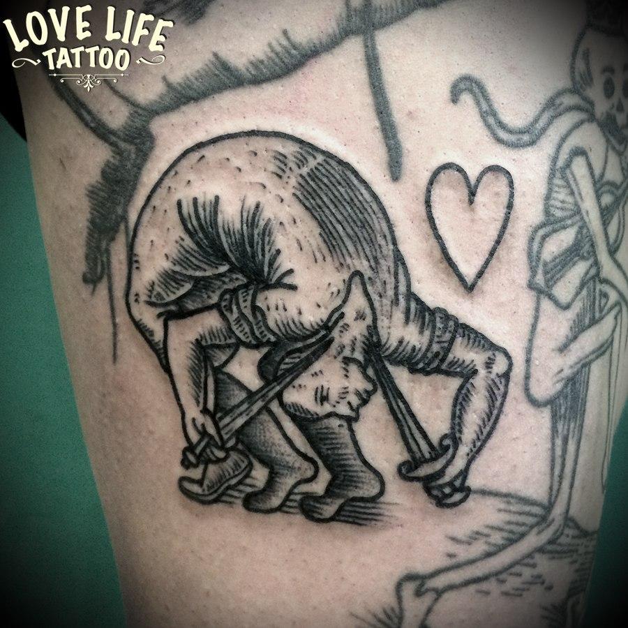 татуировка человека с ножами
