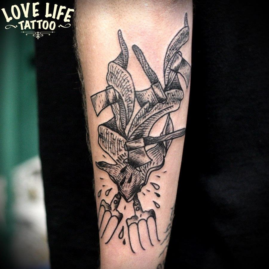 татуировка топоров и вил