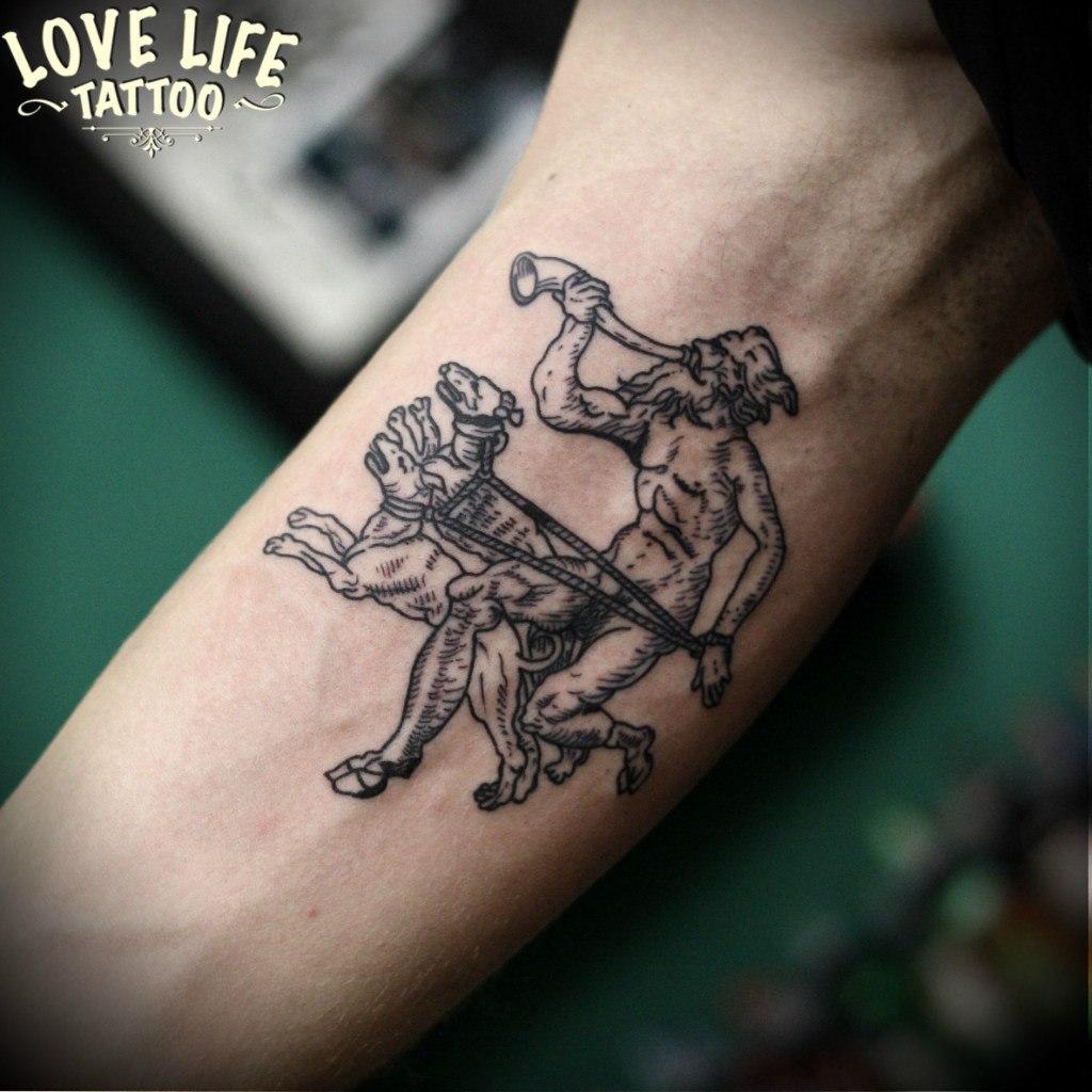 татуировка мужчины с собаками