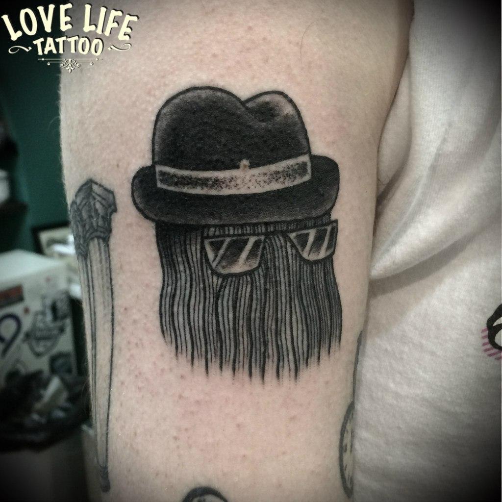 татуировка волос в шляпе и очках