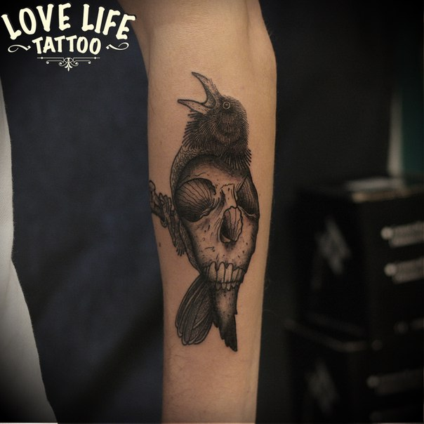 татуировка ворона с черепом