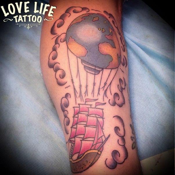 татуировка воздушного шара с караблем