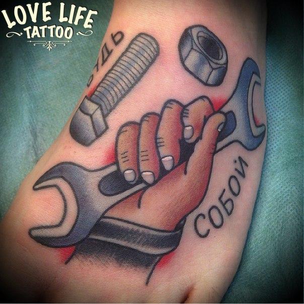 татуировка руки с ключем