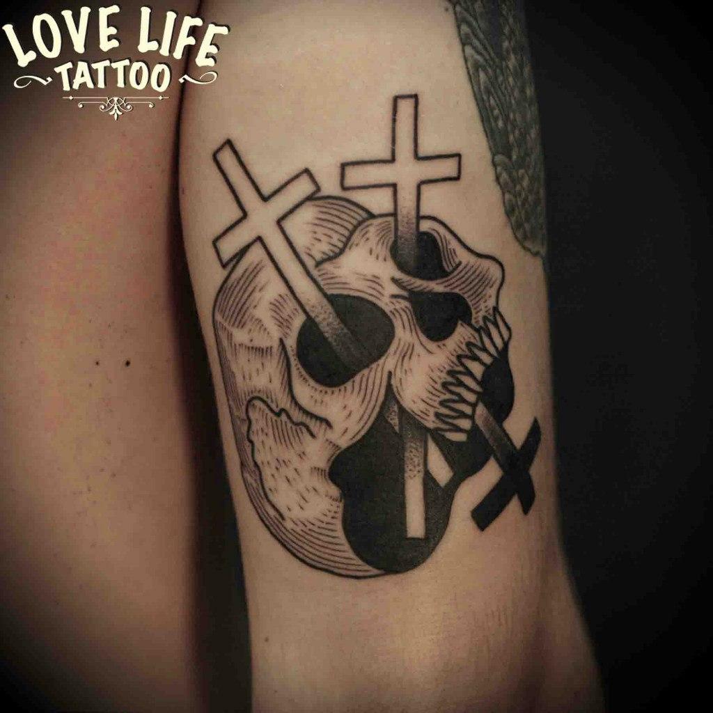 татуировка черепа с крестами