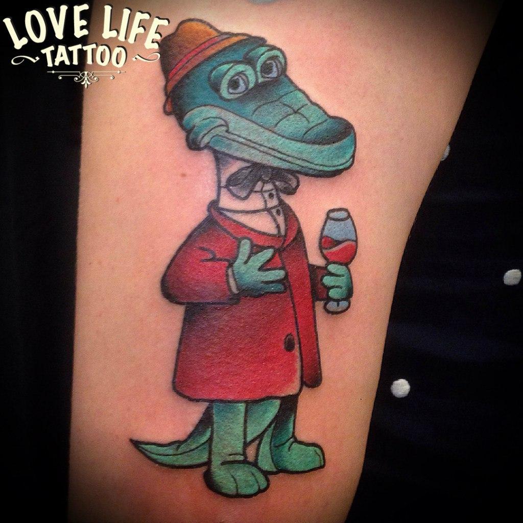 татуировка крокодила Гены с бокальчиком красного