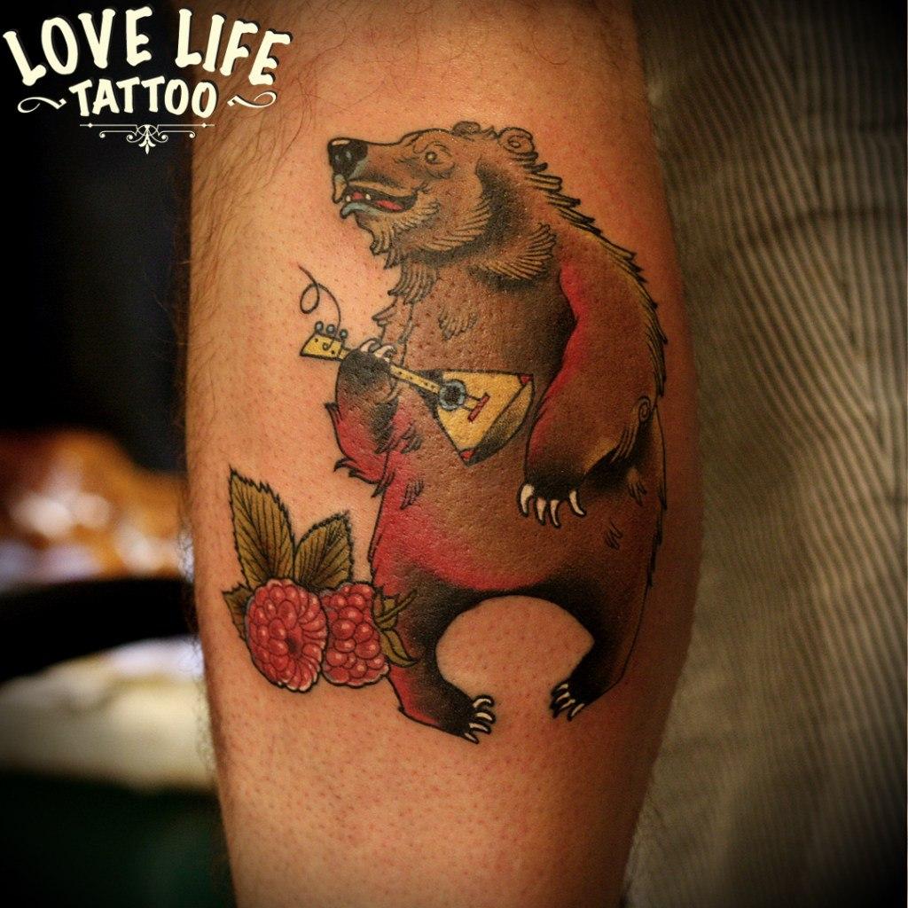 татуировка медведя с балайкой