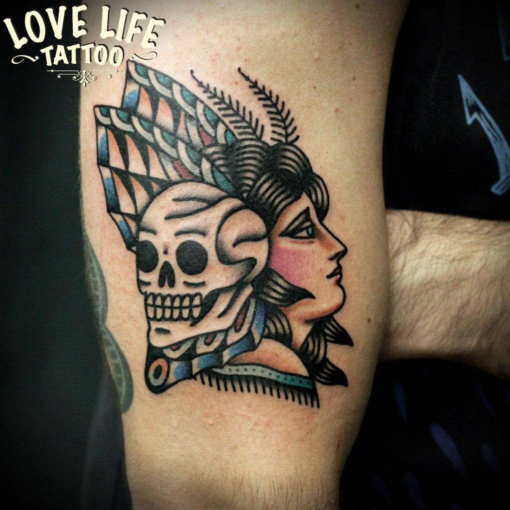 татуировка девушки с черепом