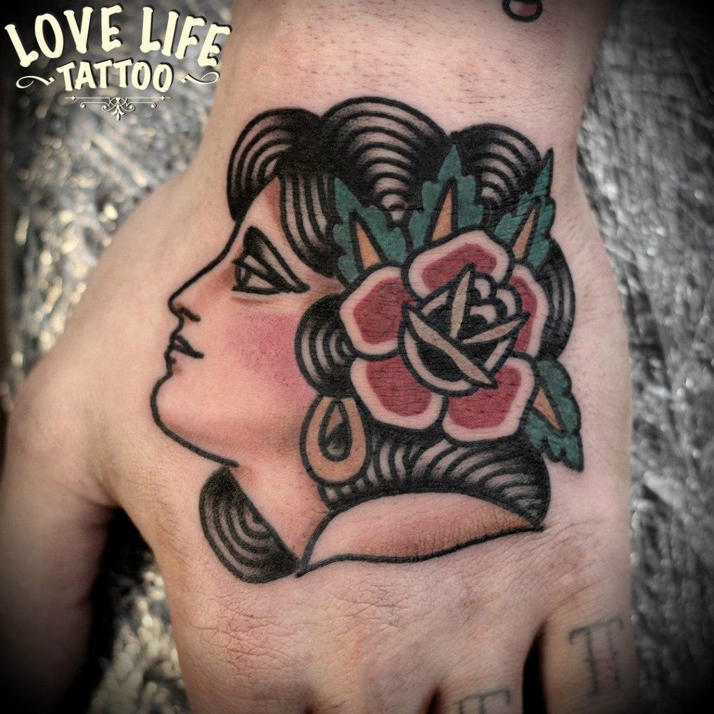 татуировка девушки с цветком