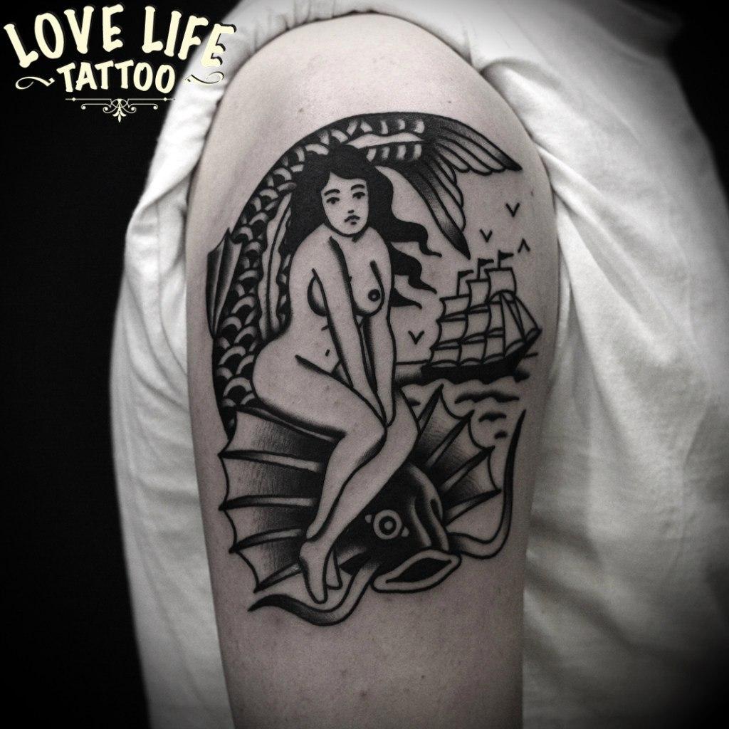татуировка девушки с рыбой
