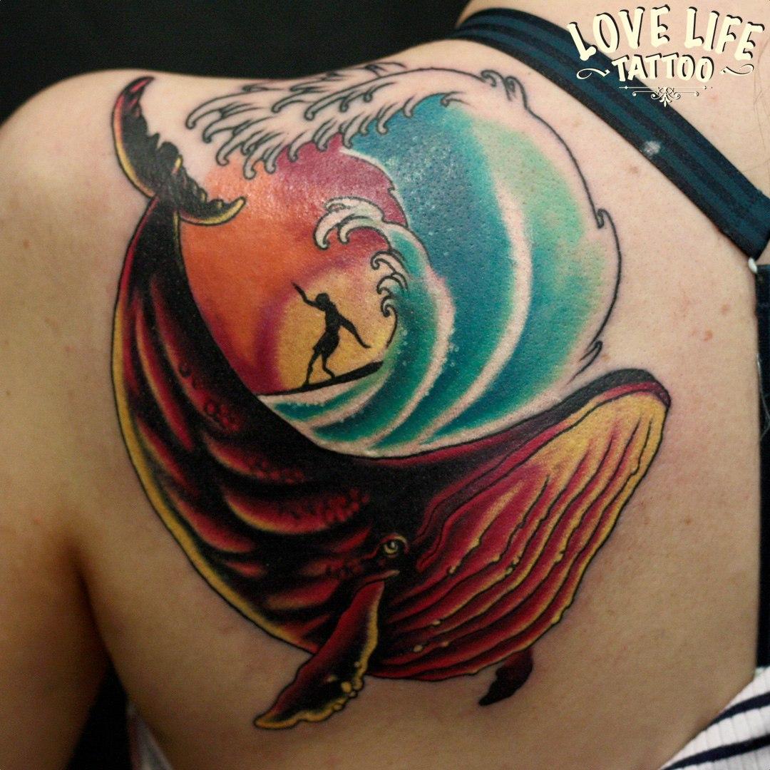 татуировка серфера с китом