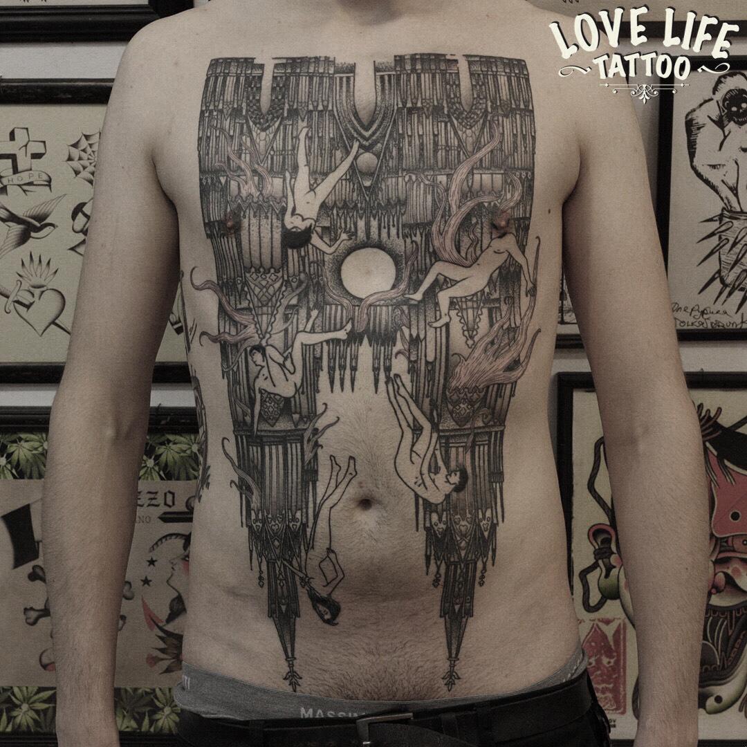 татуировка на груди в гравюрной стилистике