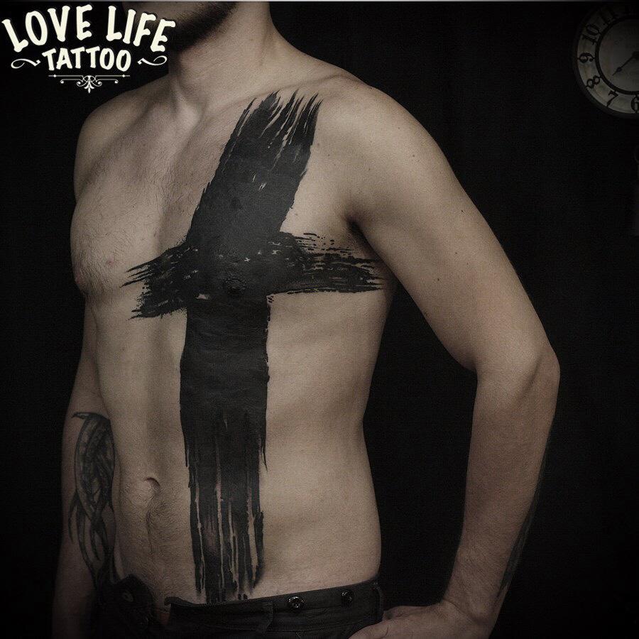 татуировка - большой крест на груди