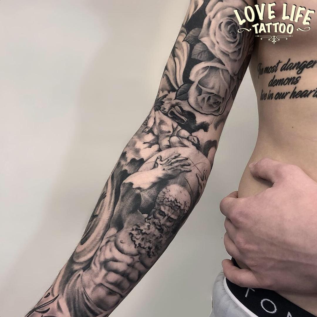 татуировка со скульптурой и цветами