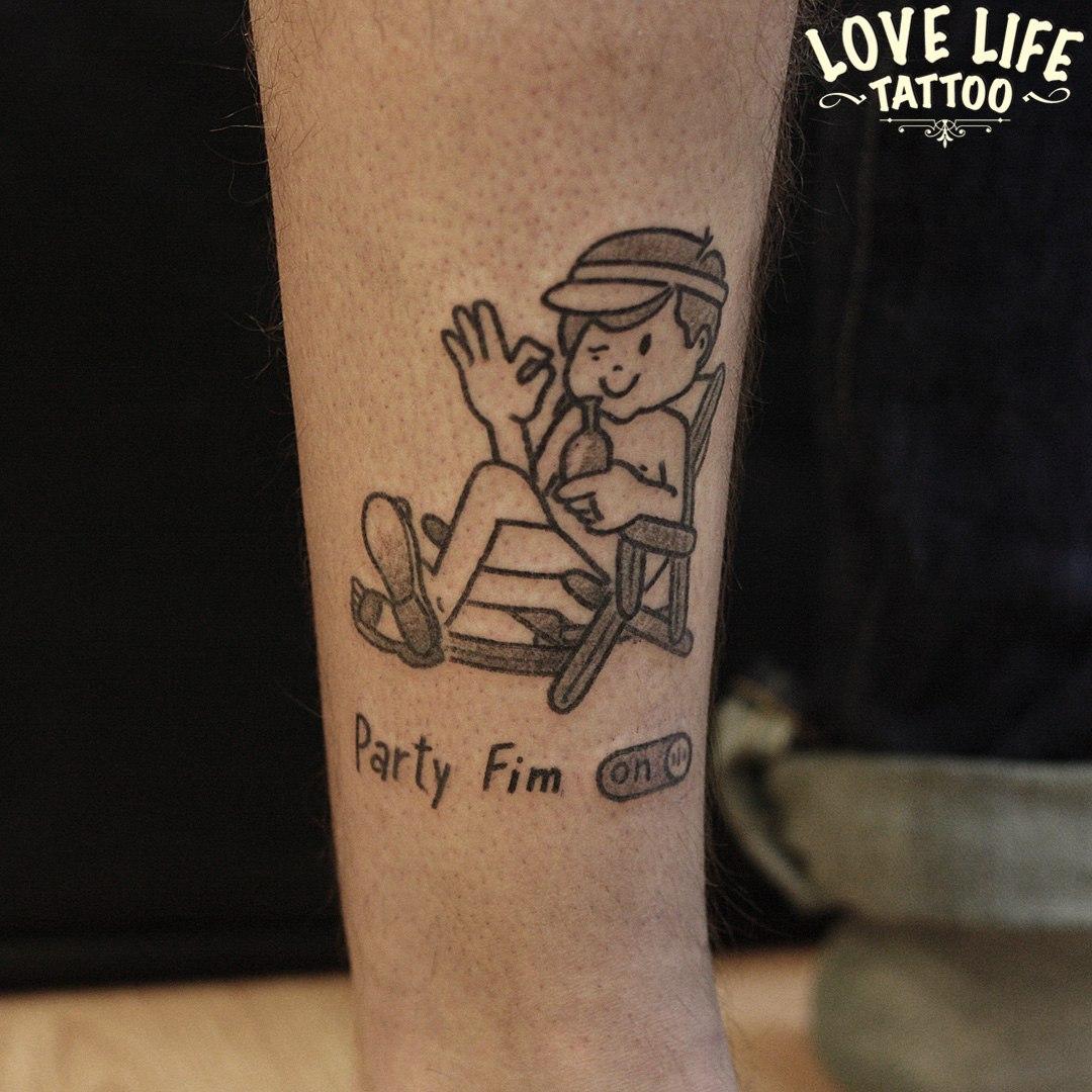татуировка отдыхающего парня