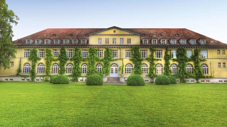 Ballyhouse - Geeignet für: Kunden- und Mitarbeiterevents, Tagungen, exklusive Hochzeiten und Galas.Das Ballyhouse – ein ehemaliges Kosthaus – liegt an einer der schönsten Parkanlagen der Schweiz mit einem prachtvollen Ambiente.> www.ballyhouse.ch