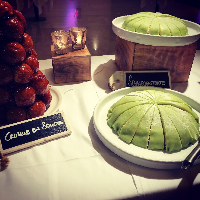 """Links: """"Croque en Bouché"""" - ein Klassiker aus der französischen Küche zu feierlichen Anlässen wie beispielsweise einer Hochzeit"""