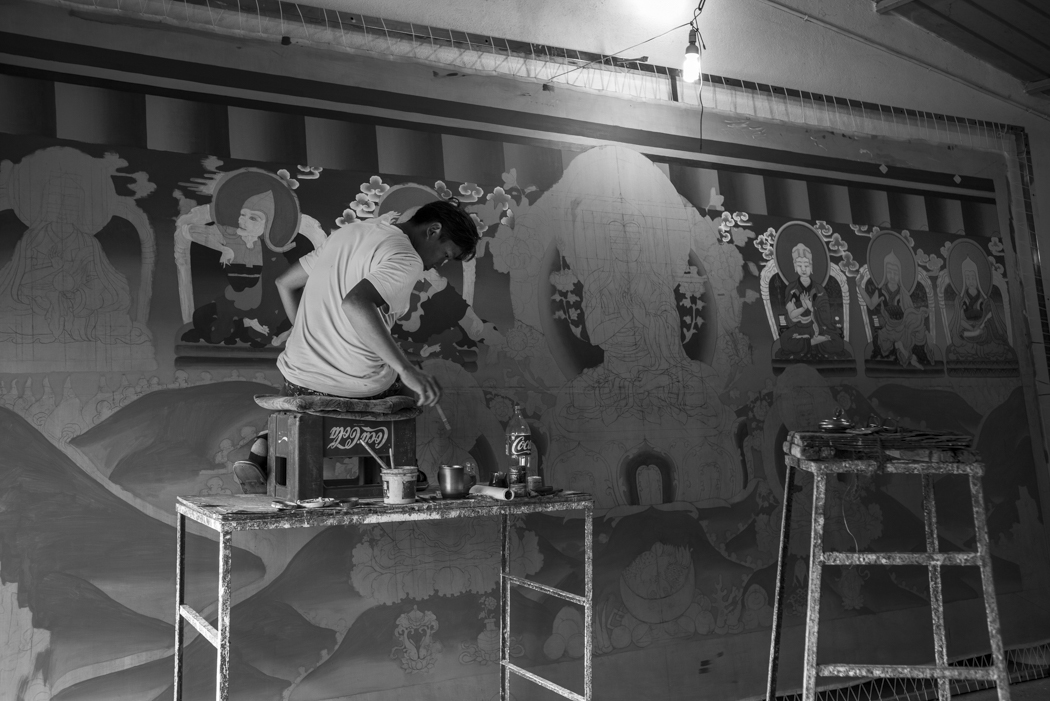 the painter prepares the painting that will adorn its back wall