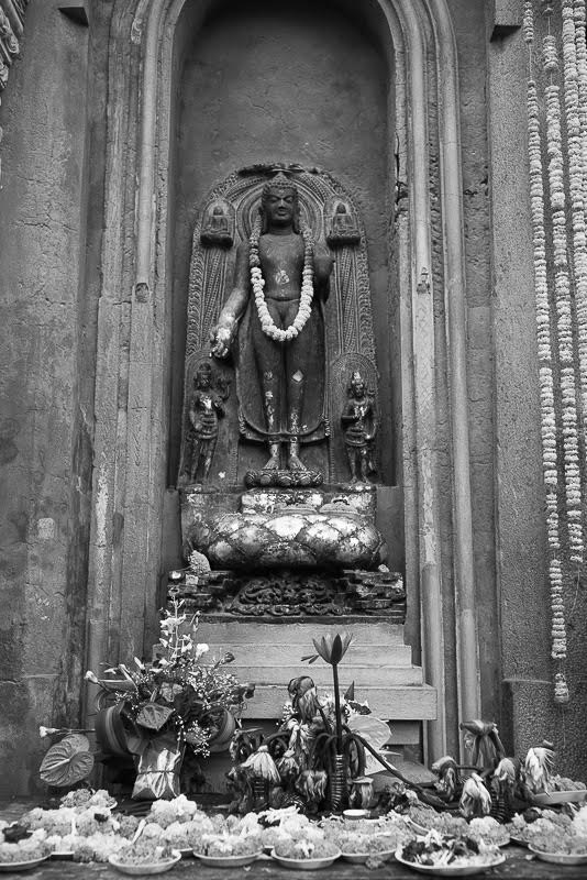 or make offerings before the images of Buddha