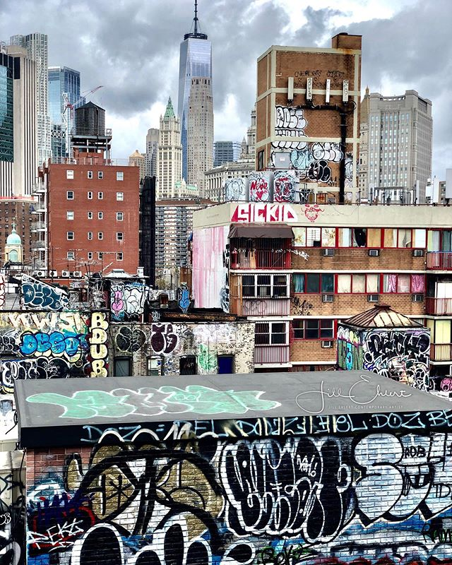 New York, New York! 🍎  I never imagined a scene of New York City like this one from the Manhattan Bridge.  #ilovenewyork #manhattanbridge #graffiti #arttour @visa_art_school