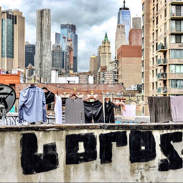 Laundry day in NYC. View from Manhattan Bridge near China Town. .  #newyork #newyorkcity #newyorkcityskyline #skyline  #ilovenewyork #manhattanbridge #graffiti #arttour @visa_art_school