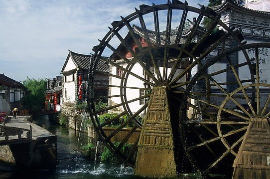 Big water wheel at the entrance of the Old Town. Lijiang, Yunnan, China, photo K.T. Luong