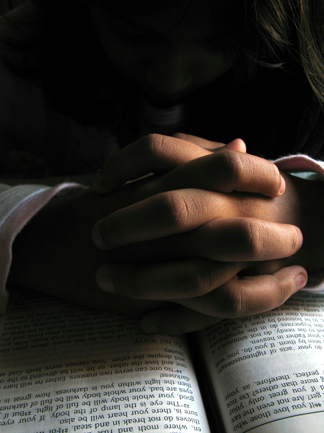 Praying+hands+on+Bible.jpg