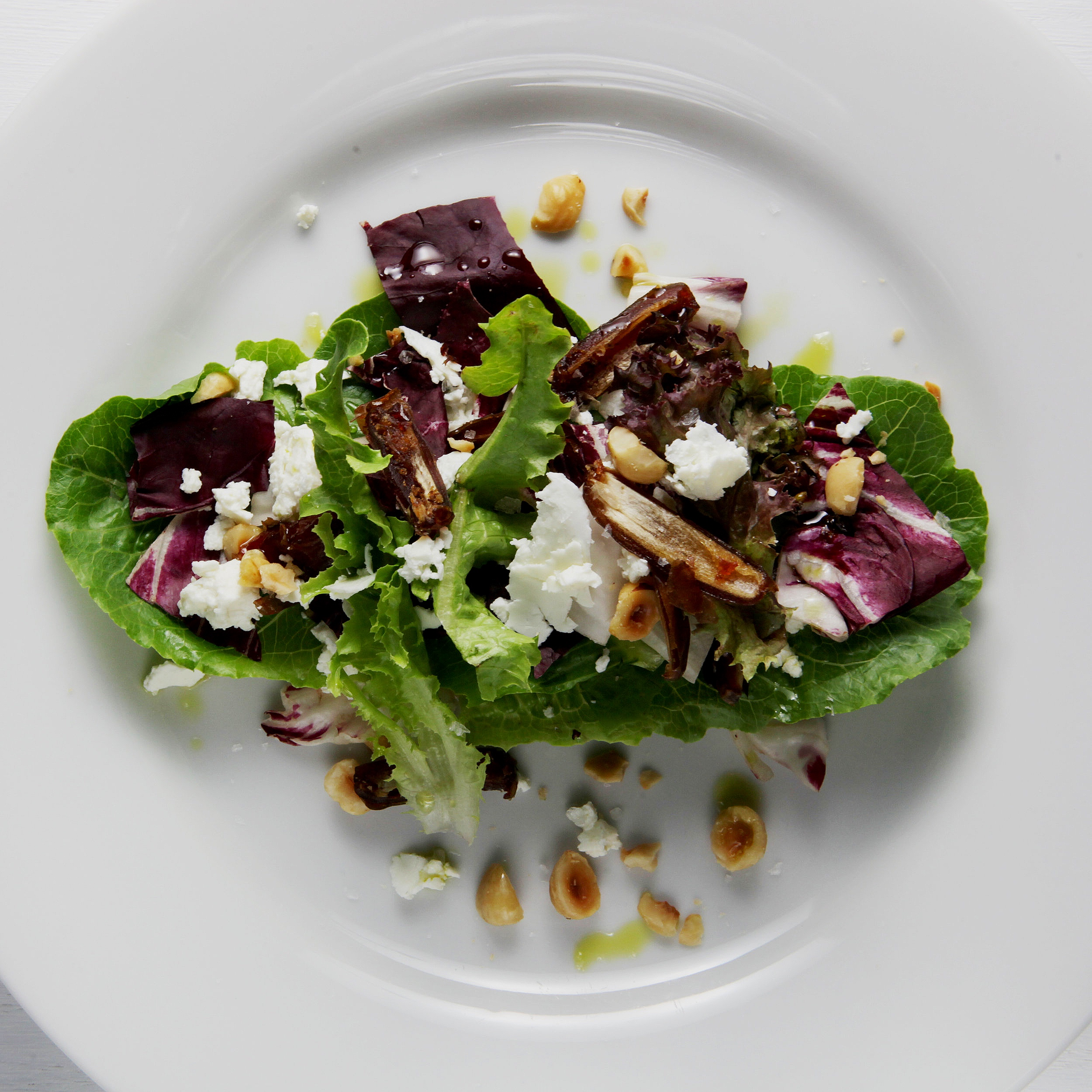 Mixed greens salad with hazelnuts and goat cheese