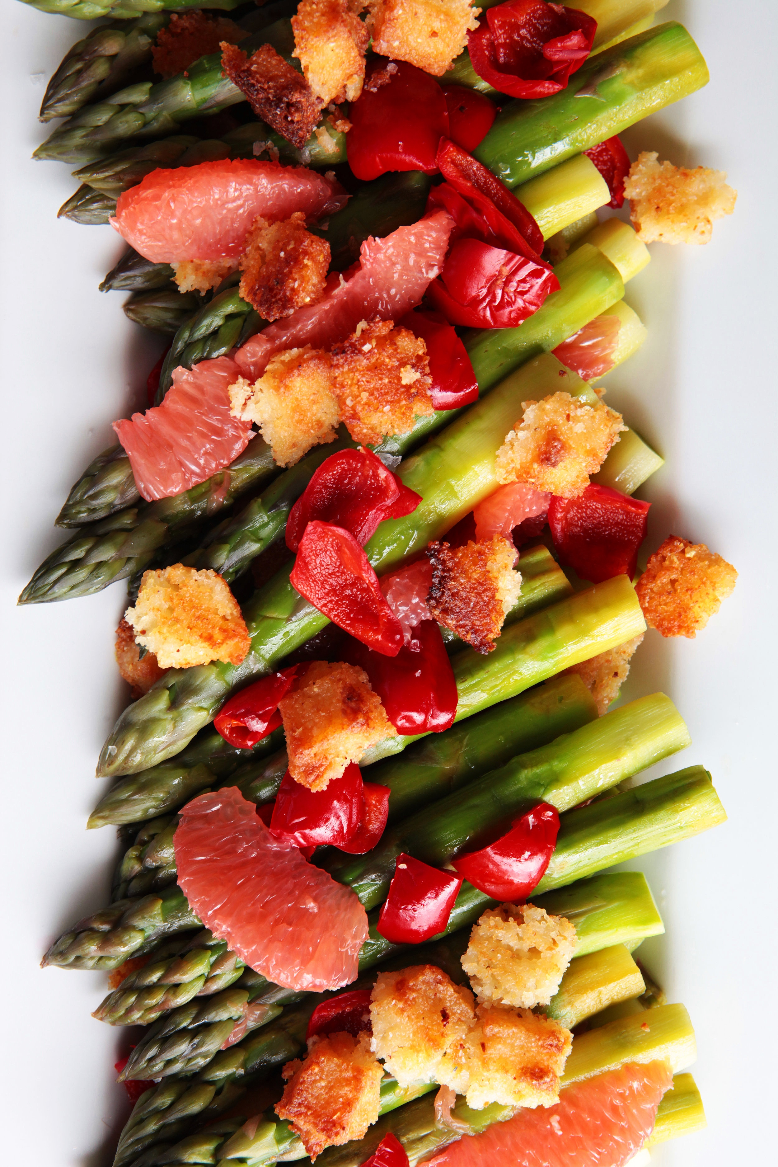 Asparagus salad with grapefruit, red peppers and croutons