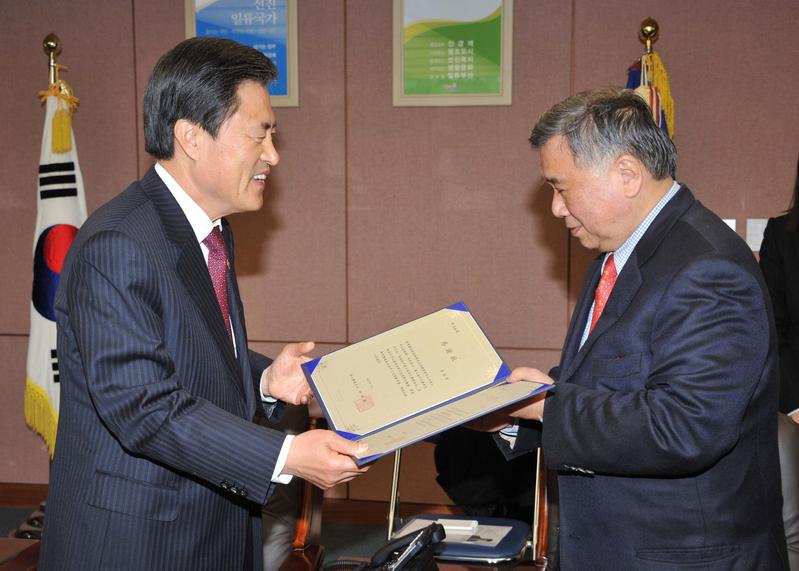 南韓釜山市長許南植(左)20日頒贈感謝狀給台灣畫家張耀煌(右),答謝他在促進釜山和台灣間文化交流的積極貢獻。(中華民國駐釜山辦事處提供)