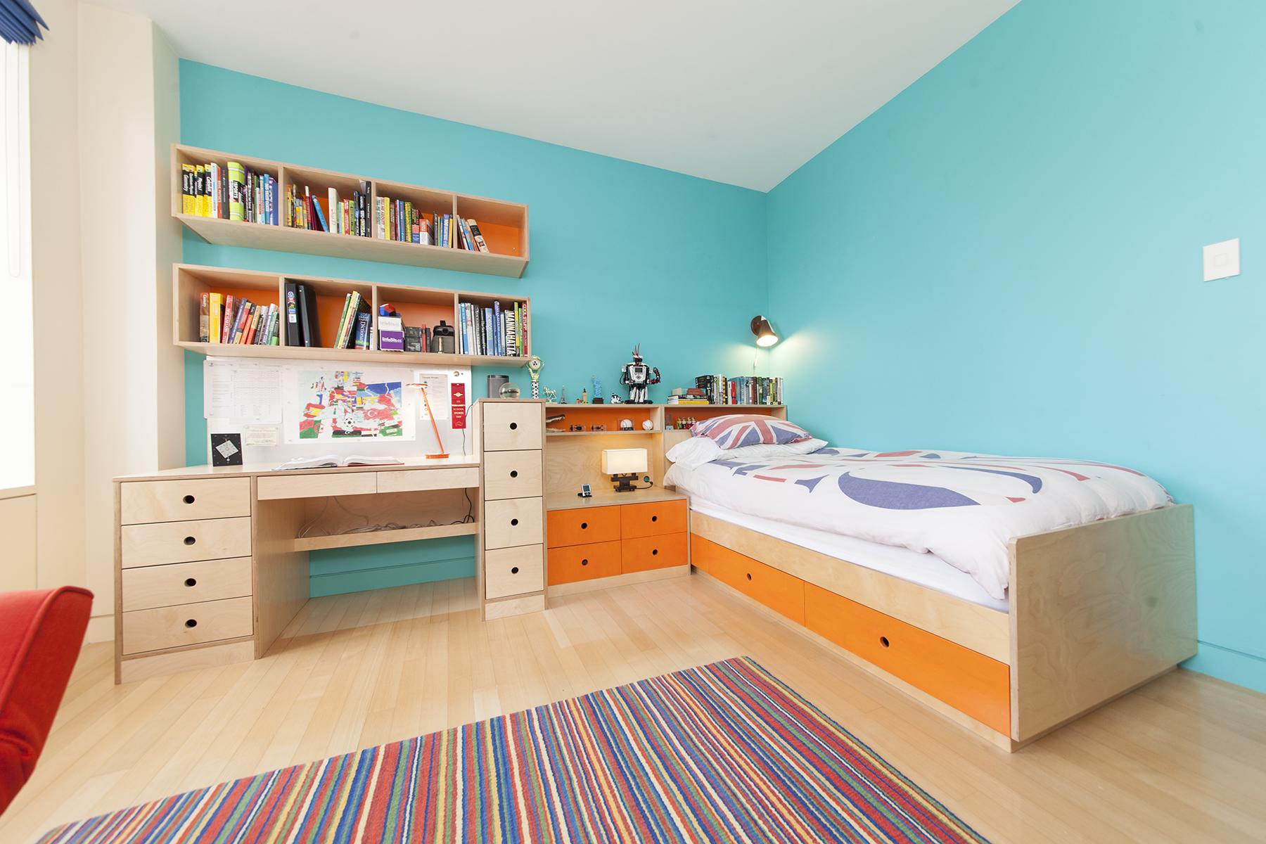 Asymmetrical desk. Casa Kids custom furniture.