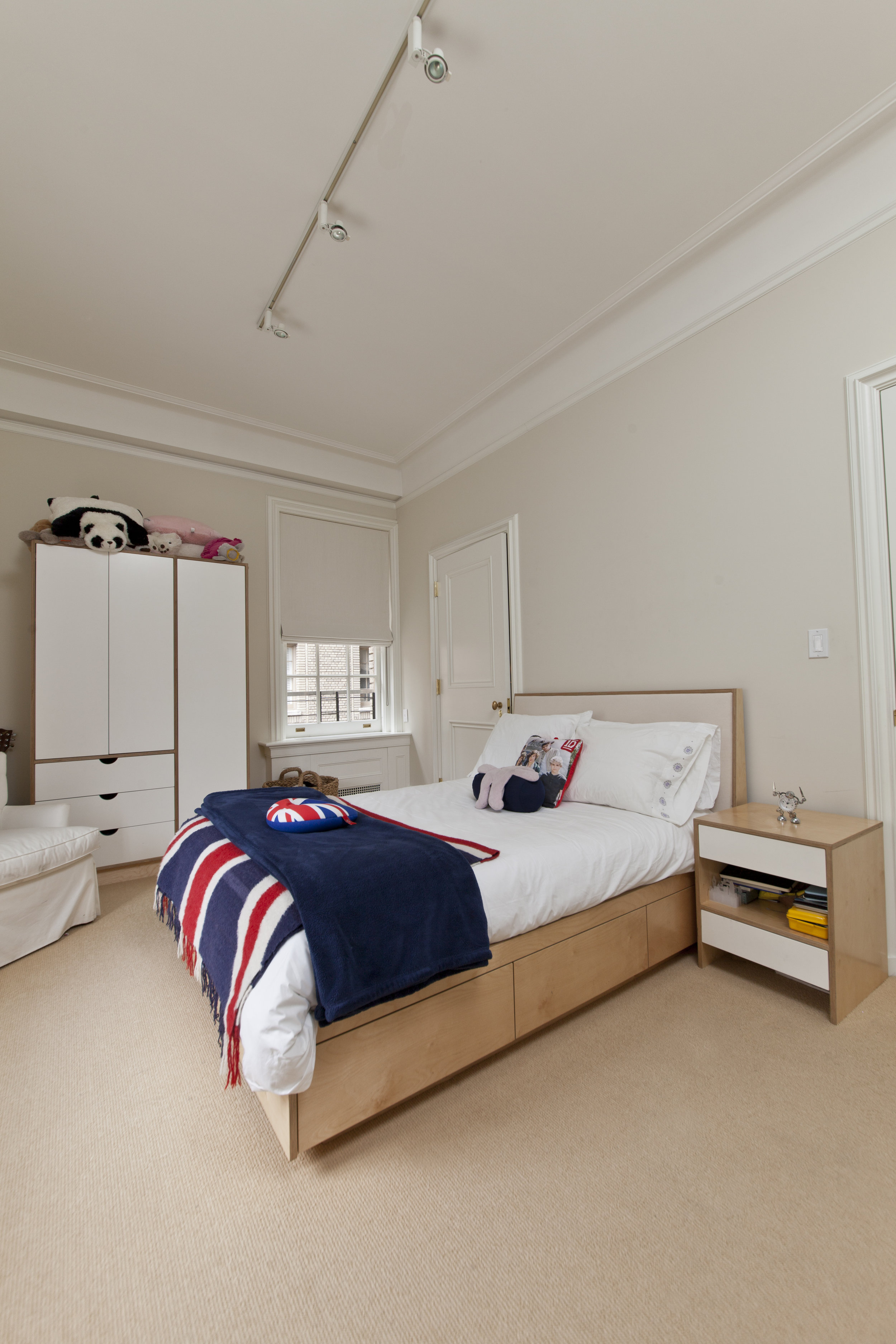 Platform bed with Storage Drawers and Night table