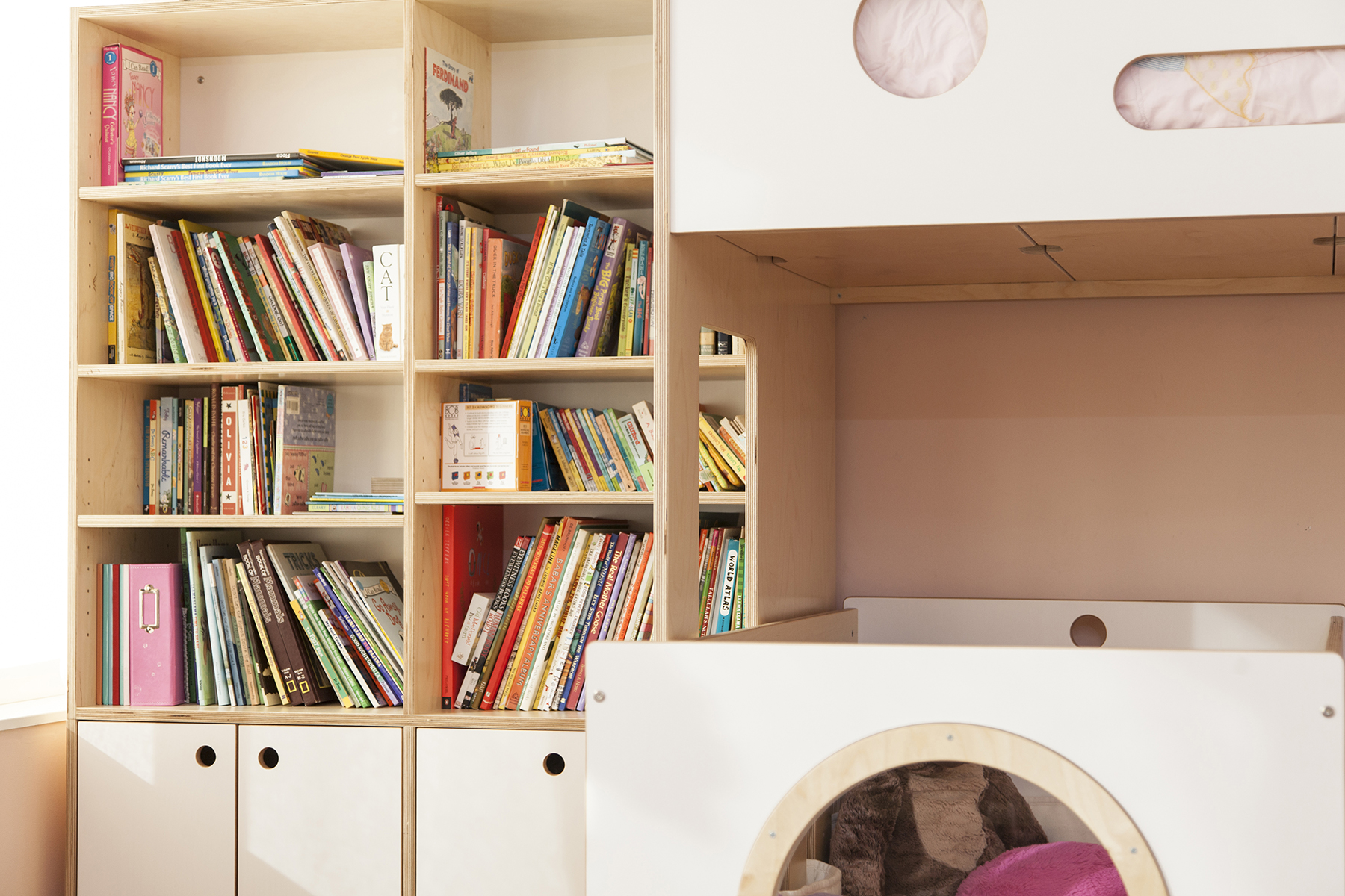 Story time made easy with this modular bookshelf