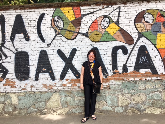 Things that make OAXACA great:     Perfect mild climate, colorful architecture, hospitality, walking city great for shopping and people watching, folkloric tradition, culture and arts, food and historic sites...so its pretty much got it all except for la playa.