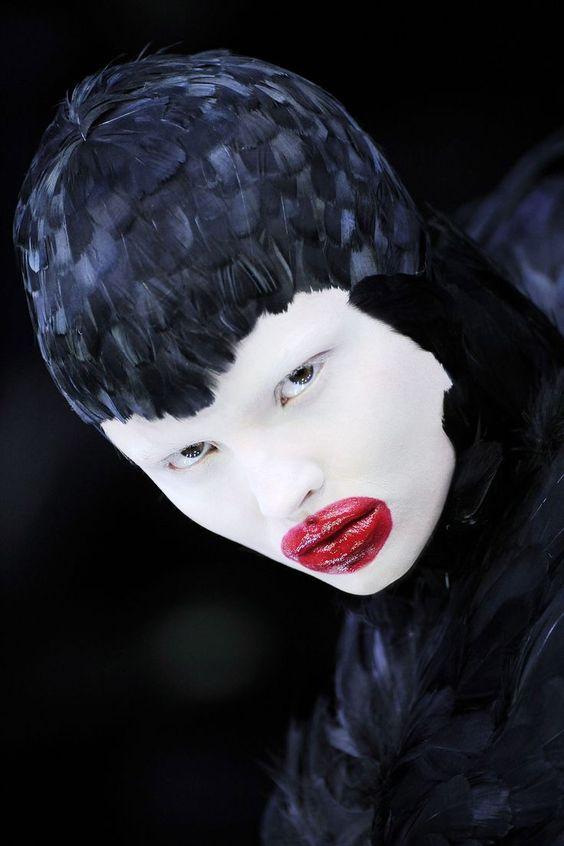 O olhar macabro e definitivo para um passado que é consumido e consumado na Coleção de Outono-Inverno 2009. McQueen conscientemente fecha e sela o ciclo de uma vida de trabalho no limiar entre a arte e a moda.