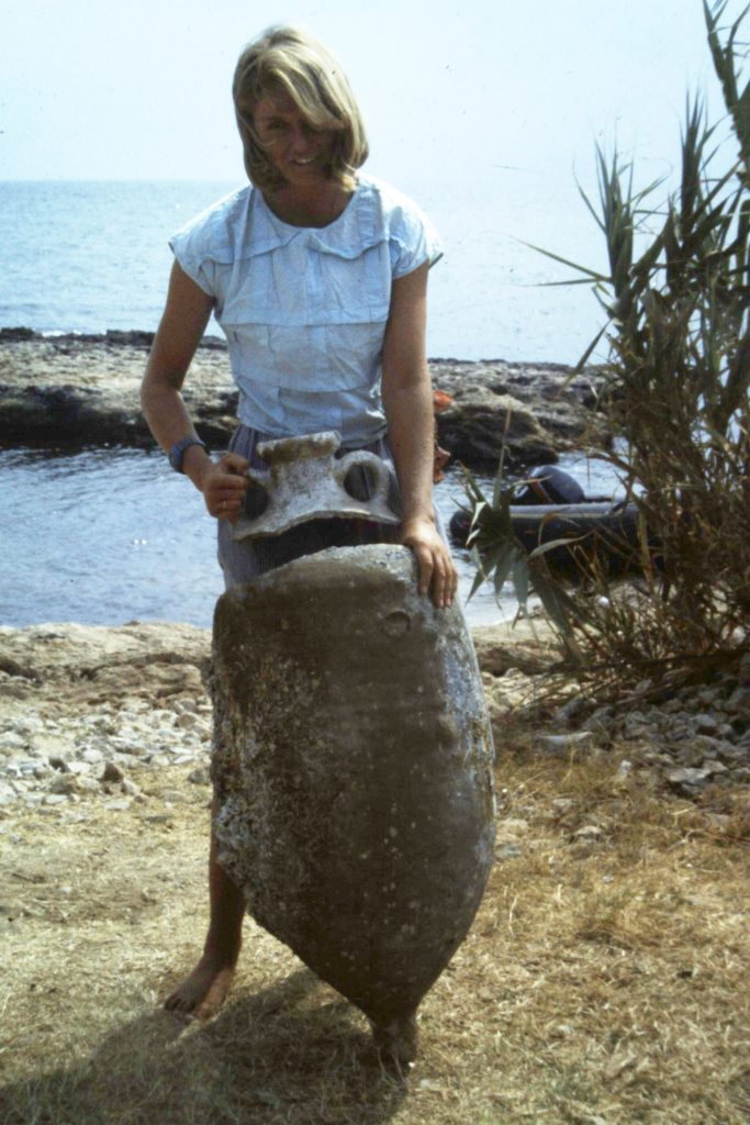 Jenny Lobell with an Africano Grande amphora from the wreck.