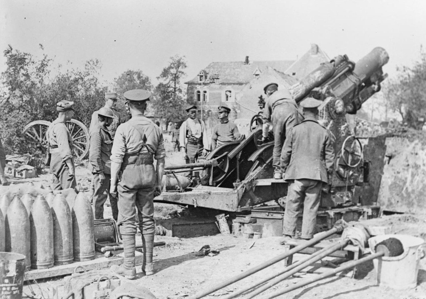 A 9.2 inch howitzer of the Royal Garrison Artillery in firing position near Maricourt during the Battle of the Somme, September 1916 (French Official Photographer, © IWM (Q 58449)).
