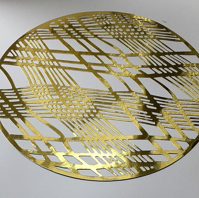 Christmas Placemats Round Gold, Christmas Chargers, Christmas Decorations (Sold in packs of 20) Placemats #BridalPlacemats #WeddingDinner #WeddingPlacemats #RoundGoldPlacemats #WeddingCharger #PaperPlacemats #RoundPlacemats #TableDecor #WeddingTables #foilplacemats